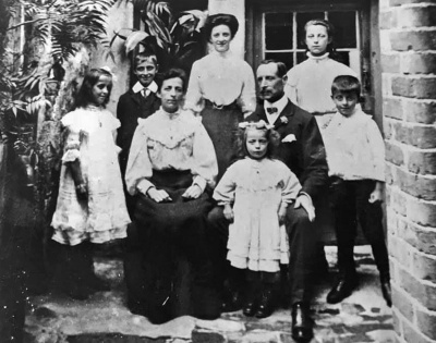 F19HolleyFamily1900.jpg